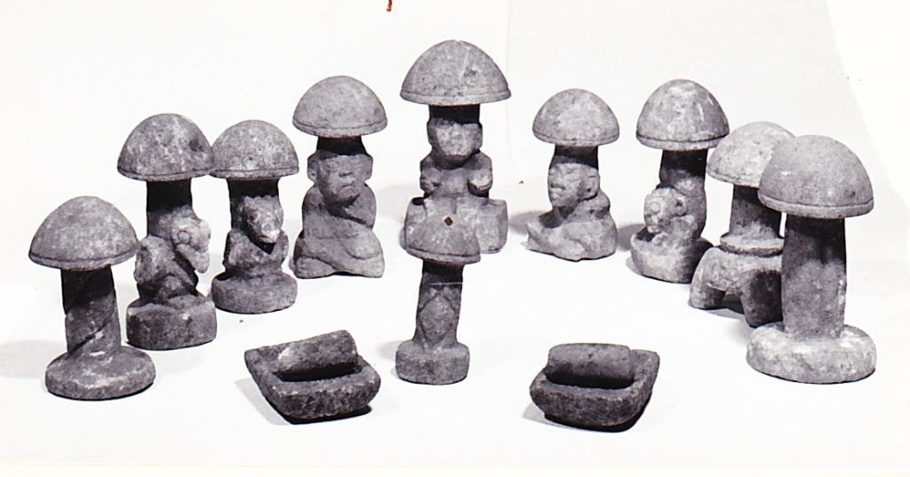 Houbové sošky s lidskými tvářemi Mayské civilizace